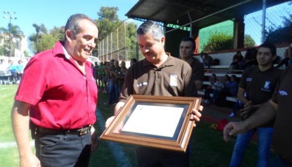 de-manos-del-presidente-joel-jimenez-recibio-el-reconocimiento